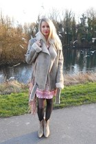 beige Camaïeu jacket - peach leather San Marina boots - red jennyfer dress