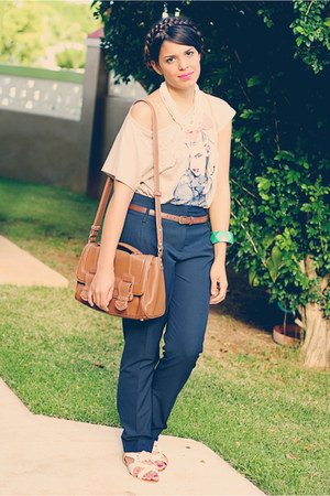 camel shoulder bag Zara bag - navy Zara pants - beige graphic tee Zara t-shirt