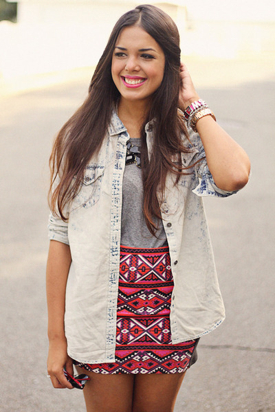hot pink aztec print skirt - light blue acid wash top - heather gray top