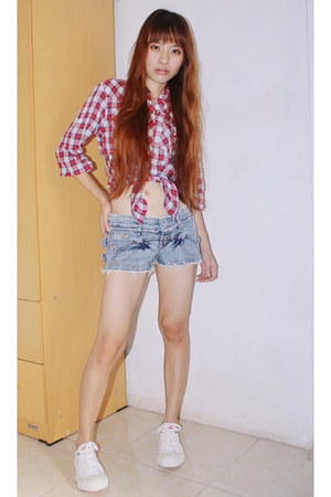 light blue shorts jeans - red shirt - white Converse sneakers