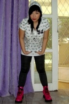boots - t-shirt - leggings