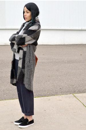 silver cachemire H&M sweater - black slip on GoJane shoes