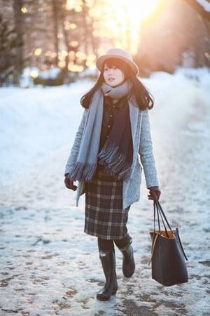 beige bcbg max azria hat - black Hunter boots - navy Zara scarf - navy Zara bag