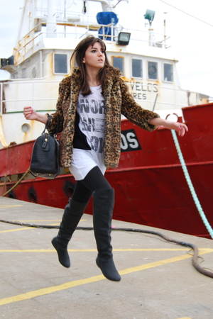 gold Bershka coat - black Lamarca boots - white Pull &amp; Bear t-shirt - black Bimb