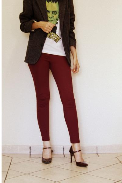 green printed Chico Rei shirt - white shirt - maroon burgundy leggings