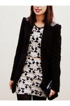 black Zara blazer - ivory floral shirt - black fashion Alexandre Pavão bag