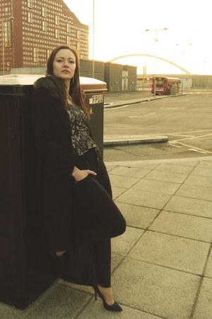 black bespoke tailored coat - black high waisted Dresskode jeans