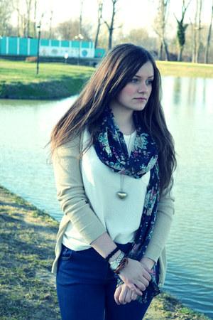 gold Stradivarius necklace - bleu-marine Zara jeans