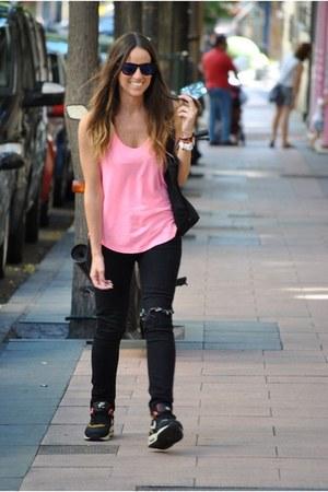 bubble gum Oysho t-shirt - black Zara jeans - black nike sneakers