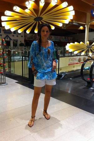 sky blue top - white cotton Sprider shorts - black Stradivarius necklace