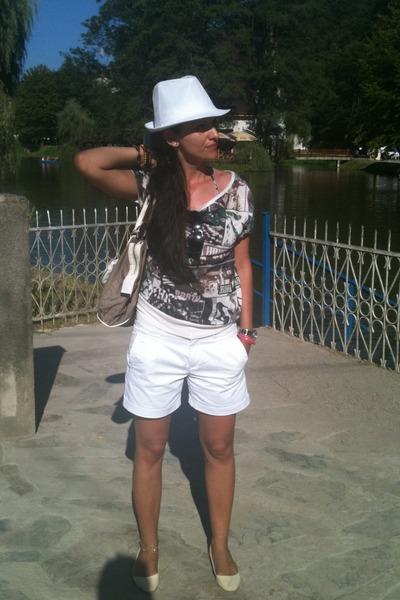 white New Yorker hat - light brown Sisley bag - white Sprider shorts