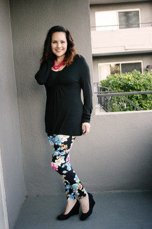 floral leggings - black banana republic top - black wedges - hot pink necklace