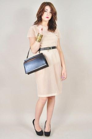 black vintage purse - nude vintage dress - gold Forever 21 bracelet