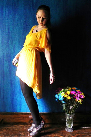 yellow dress - silver accessories