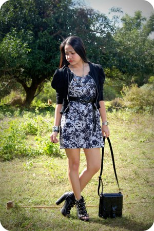 periwinkle acid wash dress - black bag - black heels - black puffed shoulder car