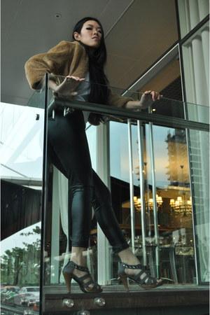 camel faux fur jacket - black liquid leggings