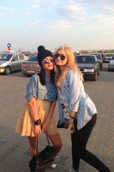 black Ray Ban sunglasses - sky blue Stradivarius shirt
