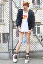 white kiss band shirt t-shirt - black fake fur jacket
