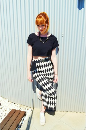 white rhombus skirt - black crop top top - black peplum belt - white sneakers