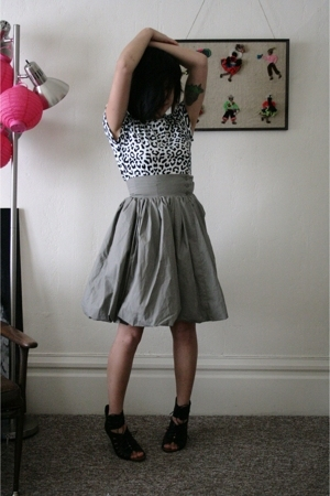 white Jones New York t-shirt - black Dolce Vita shoes - gray H&M skirt