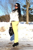 black bag - yellow Guess jeans - black pumps - black top