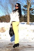 black bag - yellow Guess jeans - black pumps - black top