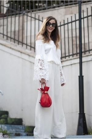 white Inia Lavin pants - red sammydress bag - black Prada sunglasses