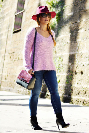 light pink Easy Wear sweater - navy Sfera jeans - crimson Shana hat