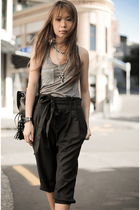 gray top - black purse - black pants