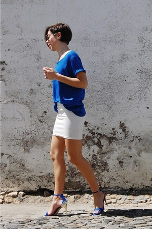 blue white skirt Stradivarius blouse - camel Ray Ban sunglasses