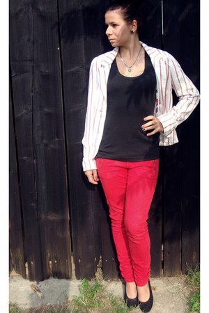 red skinny jeans H&M jeans - white jacket - black shirt - black wedges