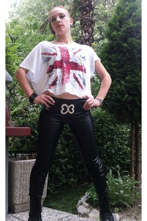 cotton t-shirt - leather pants
