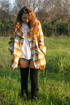 carrot orange no brand coat - black Calcedonia socks - white no brandd t-shirt