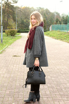 burgund scarf and leopard bag
