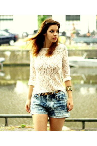 light blue denim acne shorts - white lace Selected Femme top - tawny leopard pri