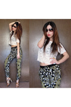 printed BCBG pants - aviator Ray Ban sunglasses