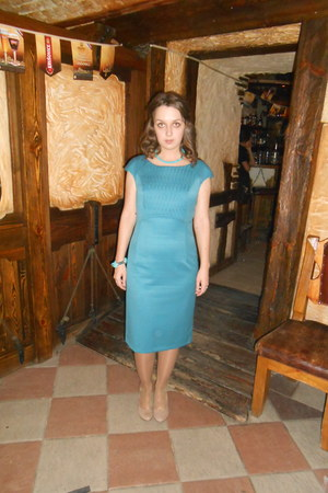 turquoise dress - beige shoes - turquoise necklace - turquoise bracelet