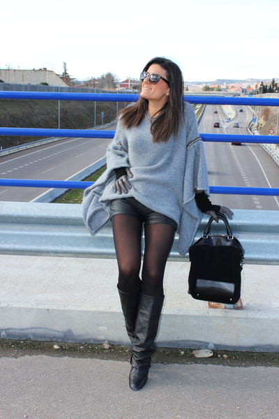 Zara boots - Zara bag - Stradivarius shorts - Uterqüe gloves - Zara cape
