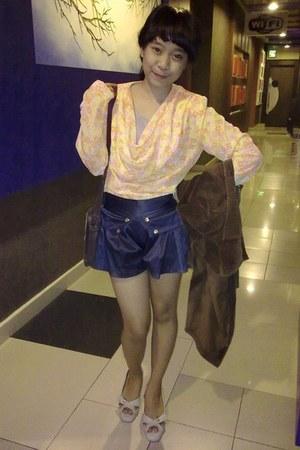 floral print top - brown coat - blue shorts