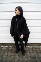 black cape Jessica Buurman coat - black turtleneck FEW MODA sweater