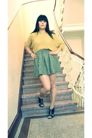 olive green skater look Zara skirt - mustard oversized Vero Moda blouse