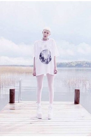 white mtm print Mind the Mustard t-shirt - white platforms YRU shoes