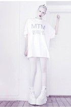 white mtm Mind the Mustard t-shirt