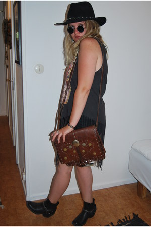 brown leather flea market bag - black H&M hat