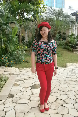 red round flanel hat - black strectch cotton top - red jeans legging pants