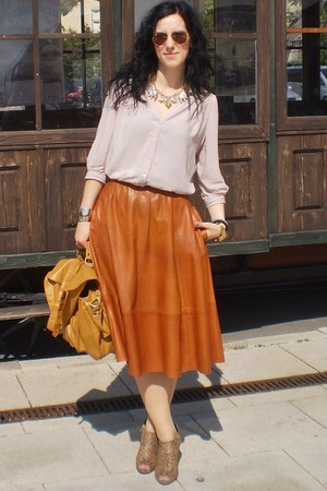 neutral H&amp;M blouse - H&amp;M wedges - tawny moms skirt - gold Ray Ban glasses