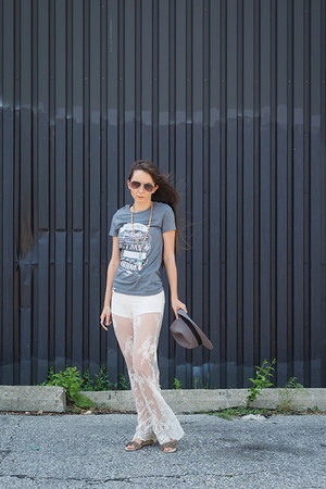 heather gray graphic Ungalli t-shirt - white lace Jens Pirate Booty pants
