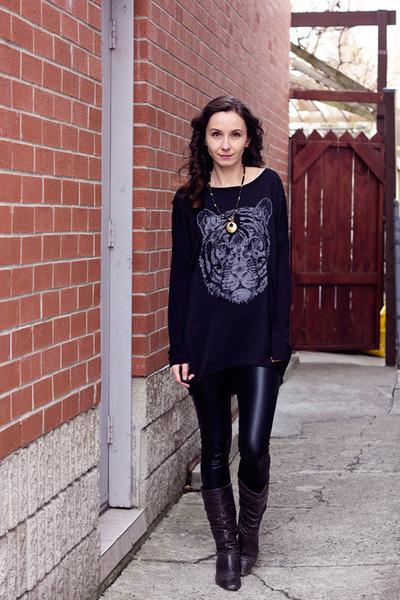 black pleather unknown leggings - black tiger print Zara shirt