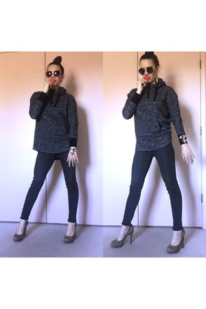 charcoal gray super skinny Levis jeans - black round sunglasses