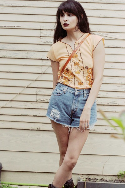 nude morningthrift top - sky blue Levis shorts
